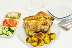 Geroosterde kip en aardappels Royalty-vrije Stock Afbeeldingen