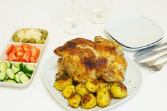 Geroosterde kip en aardappels Royalty-vrije Stock Foto's