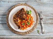 Geroosterde kip en de verse salade van de wortelenkikkererwt royalty-vrije stock afbeelding