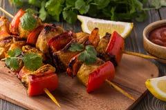 Geroosterde kip en plantaardige kebabs Royalty-vrije Stock Foto's