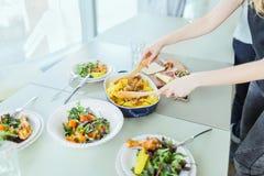 Geroosterde kip met aardappel, groene salades op lijst Royalty-vrije Stock Fotografie