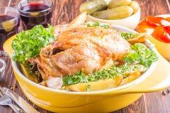 Geroosterde kip met aardappelsplattelander Stock Afbeeldingen