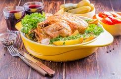 Geroosterde kip met aardappelsplattelander Royalty-vrije Stock Afbeelding