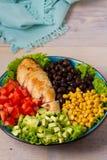 Geroosterde kip met avocado, tomaten, suikermaïs, bonen en sla Zuidwestelijke kleurrijke kippensalade met romig korianderdr. stock fotografie