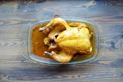 Geroosterde kip met een het kraken barst op een lijst stock afbeeldingen
