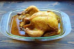Geroosterde kip met een het kraken barst op een lijst royalty-vrije stock afbeeldingen