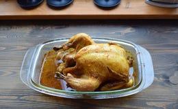 Geroosterde kip met een het kraken barst op een lijst stock foto's