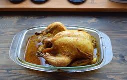 Geroosterde kip met een het kraken barst op een lijst stock foto