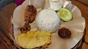 Geroosterde kip met gebraden tempeh en hete saus stock fotografie