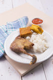 Geroosterde kip met gebraden tofu, tempeh, Spaanse peperssaus, en witte rijst Royalty-vrije Stock Foto's