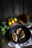 Geroosterde kip met kruiden en vegables Royalty-vrije Stock Foto