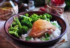 Geroosterde kip met rijst en broccoli, rustieke stijl Stock Afbeeldingen