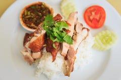 Geroosterde kip met Rijst en kruidige saus Stock Foto's