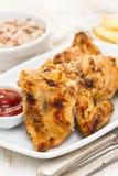 Geroosterde kip met saus op schotel Stock Foto's