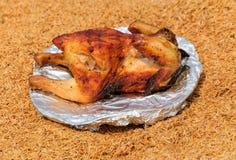 Geroosterde kip op de schotel over schilachtergrond Stock Foto
