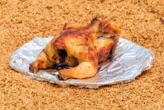 Geroosterde kip op de schotel over schilachtergrond Royalty-vrije Stock Foto