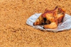 Geroosterde kip op de schotel over schilachtergrond Stock Afbeeldingen
