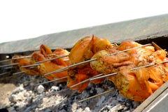 Geroosterde kip op de vlammende grill Royalty-vrije Stock Afbeeldingen