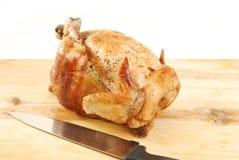 Geroosterde kip op een scherpe raad royalty-vrije stock afbeeldingen