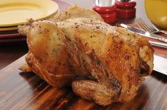 Geroosterde kip op een scherpe raad stock foto