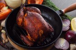 Geroosterde kip op houten achtergrond Royalty-vrije Stock Afbeeldingen