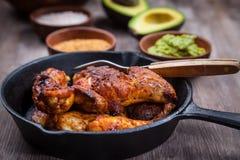 Geroosterde kippenbenen en vleugels met guacamole royalty-vrije stock fotografie