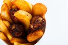 Geroosterde kippenbenen met aardappelen in de schil menu geïsoleerde foto royalty-vrije stock foto