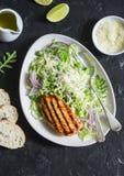 Geroosterde kippenborst en kool, groene erwt en de salade van de parmezaanse kaaskoolsla Gezond evenwichtig voedsel Op een donker royalty-vrije stock foto