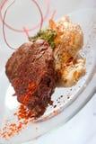 Geroosterde Kippenborst en Varkenskotelet met het lapje vlees van het rundvleesvlees en kruiden in transparante plaat royalty-vrije stock foto's