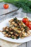 Geroosterde kippenborst met gebraden champignons Royalty-vrije Stock Fotografie