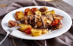 Geroosterde kippenborst met groenten Stock Afbeeldingen