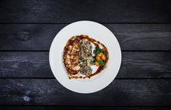 Geroosterde kippenborst met paddestoelen en gebraden spinazie Stock Foto