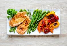 Geroosterde kippenborst met verse groenten royalty-vrije stock afbeelding