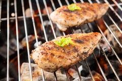 Geroosterde kippenborst op de vlammende grill stock afbeelding