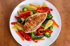 Geroosterde kippenfilet, borst met gekookte groente op platen royalty-vrije stock afbeeldingen