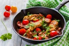 Geroosterde kippenfilet, die met paddestoelen, knoflook, paprika en olijfolie wordt gekookt Stock Foto's