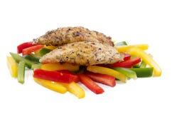 Geroosterde kippenfilet en groene paprika stock afbeeldingen