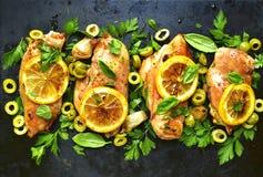 Geroosterde kippenfilet met citroen, groene olijven en kruiden de bovenkant wedijvert Royalty-vrije Stock Fotografie
