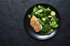 Geroosterde kippenfilet met groene plantaardige salade Hoogste mening met exemplaarruimte royalty-vrije stock fotografie