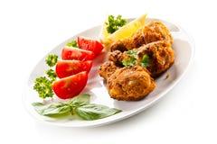 Geroosterde kippentrommelstokken en groenten Stock Afbeelding