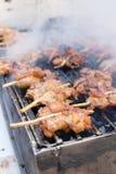 Geroosterde kippenvleespen op houtskoolfornuis, Thais straatvoedsel royalty-vrije stock afbeeldingen