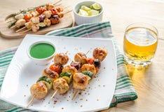 Geroosterde kippenvleespennen met courgette en kersentomaten Stock Fotografie