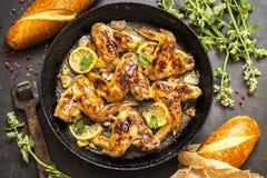 Geroosterde kippenvleugels met citroen en kruiden Royalty-vrije Stock Foto