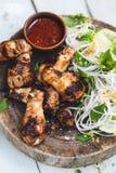 Geroosterde Kippenvleugels met Citroengras en rijstnoedelssalade, Vietnamees Voedsel Stock Afbeeldingen