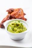 Geroosterde kippenvleugels met guacamole stock foto's
