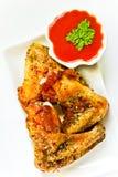 Geroosterde kippenvleugels met ketchup Royalty-vrije Stock Foto's