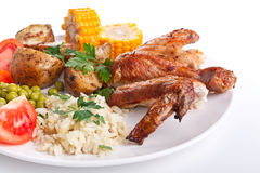Geroosterde kippenvleugels, rijst, groenten royalty-vrije stock afbeeldingen