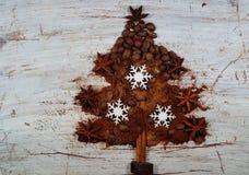 Geroosterde koffie, grond, bonen en onmiddellijke koffie in de vorm van Kerstboom Royalty-vrije Stock Foto's