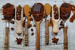Geroosterde koffie, grond, bonen en onmiddellijke koffie op uitstekende lepels met de Toevoeging van stukken van chocolade en kru stock fotografie