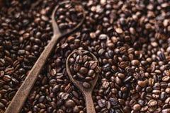 Geroosterde koffiearabica koffiekwaliteit en een houten lepel royalty-vrije stock afbeelding